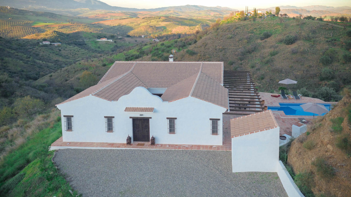 Immaculate Cortijo Style Finca  .   Fabulous views .   Private and secluded .   Rental Income .   Tr,Spain