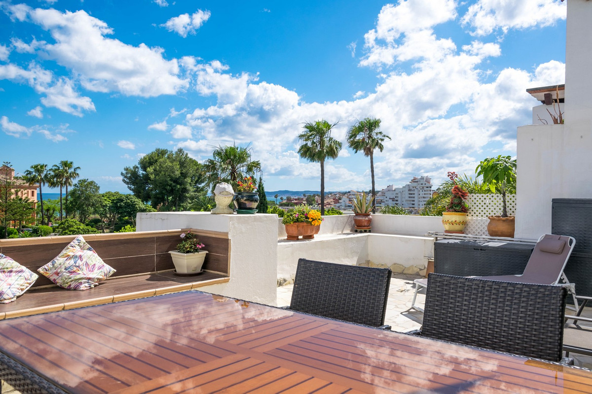 This beautifully presented Duplex apartment is on a prime location in the town of Estepona, close to, Spain