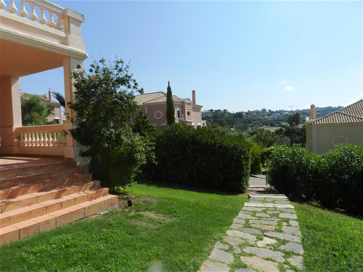 Fantastic opportunity to acquire this beautiful townhouse in the area of Almanara in Sotogrande and Spain
