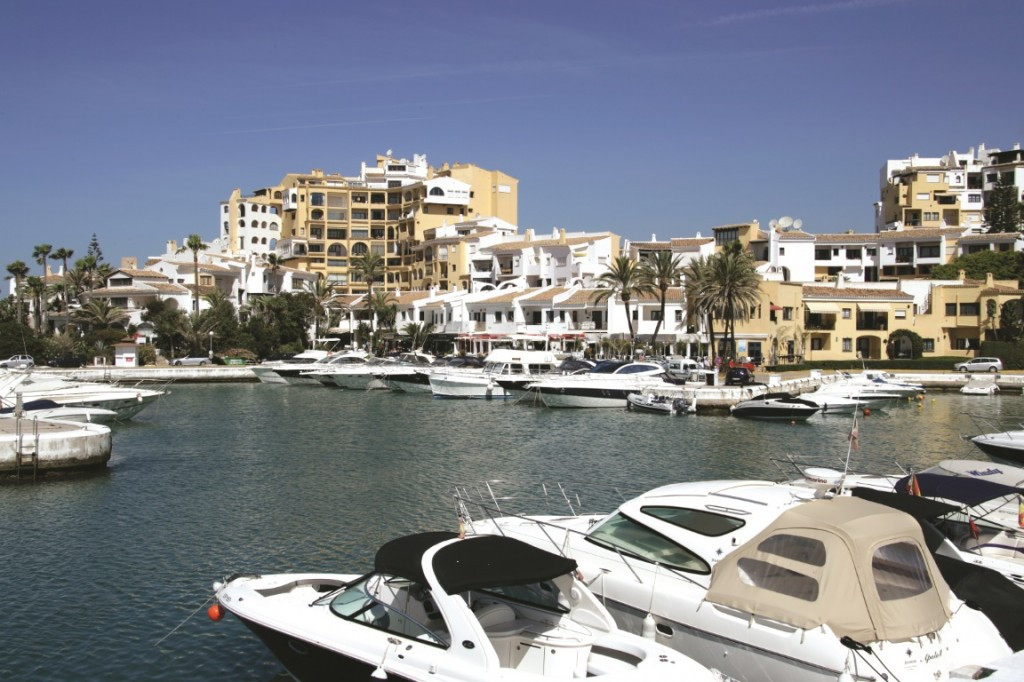 Situated in the most favoured position on the corner of the picturesque port of Cabopino this proper,Spain