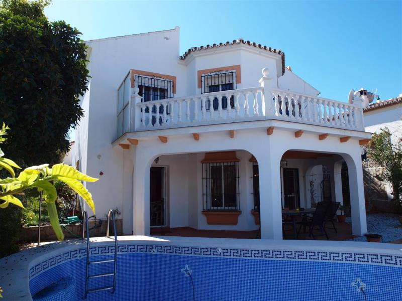 Beautiful villa in Torrox Park. This House consists of a living room, a separate kitchen, 3 bedrooms, Spain