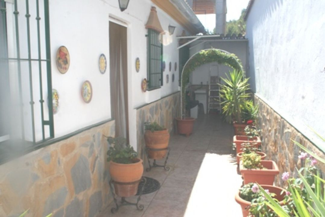 This one story property is situated at the rear of the village near to country walks and connecting ,Spain