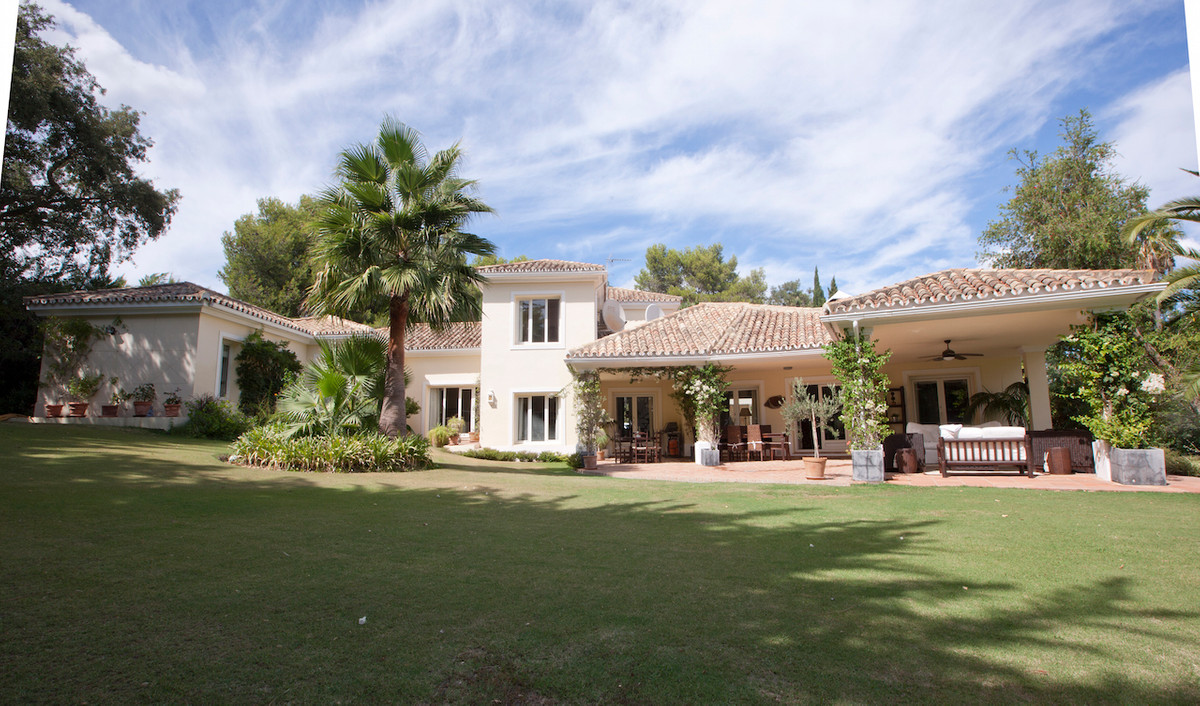 A substantial, spacious, airy and light 5 bedroom, 7 bathroom villa that has been built to a high sp, Spain