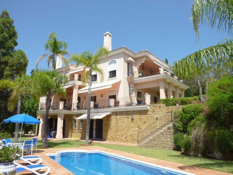 Elegant detached villa located in Los Monteros , inside a closed and very exclusive complex where th, Spain