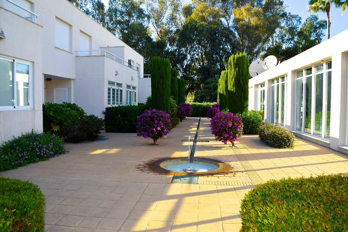 This fabulous townhouse is located in the sought after urbanization on the beachfront of Los Granado,Spain