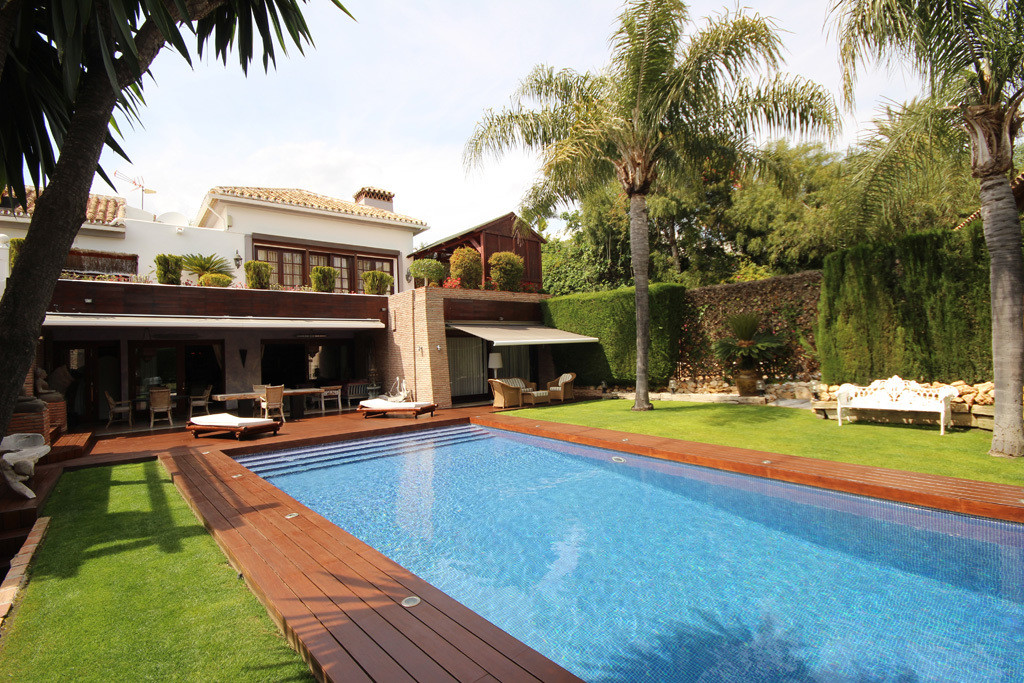 This opulent mansion style villa is laying on a wonderfully located and well-sized plot of land in oSpain