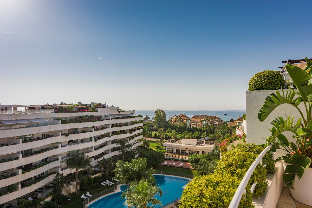 Magnificent penthouse in Puerto Banus, located a few meters from the beach and just 15 minutes walki, Spain