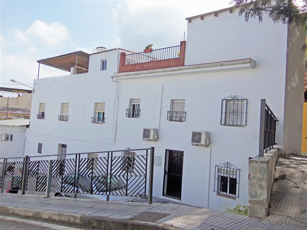 Pretty and quirky townhouse right in the town centre, only a few steps from all the amenities. The p,Spain
