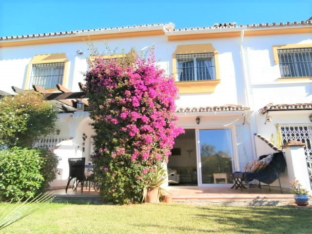 Charming, well kept townhouse situated next to the Miraflores golf course in Riviera del Sol on a qu, Spain