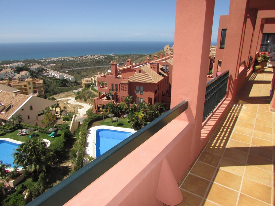 Very beautiful well maintained large apartment located in an elevated area of Calahonda. The complex, Spain