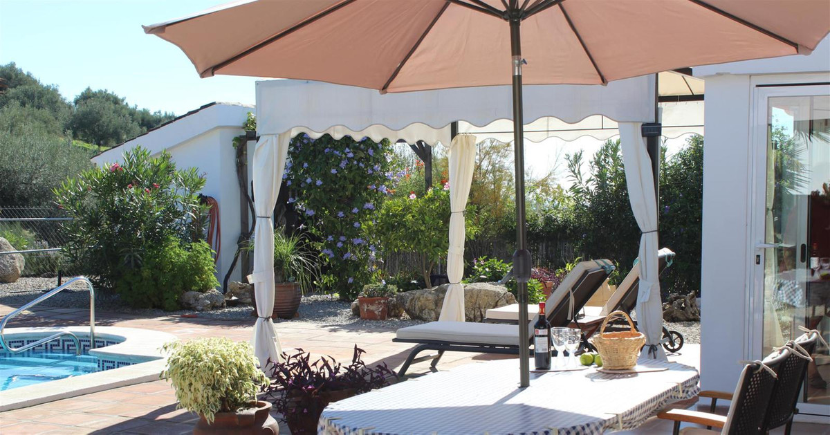 Beautiful villa with views of the mountains in La Vinuela and with good access. The villa is situate,Spain