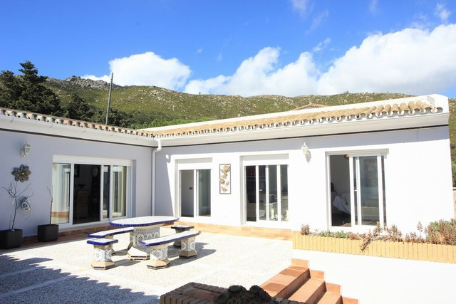 Lovely house in the urbanization of El Cuarton (just a 10mins drive from Tarifa).  The house is loca, Spain