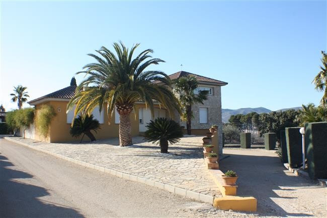 Stunning villa in a very nice area of town. Walking distance from the centre. Close to the train sta,Spain
