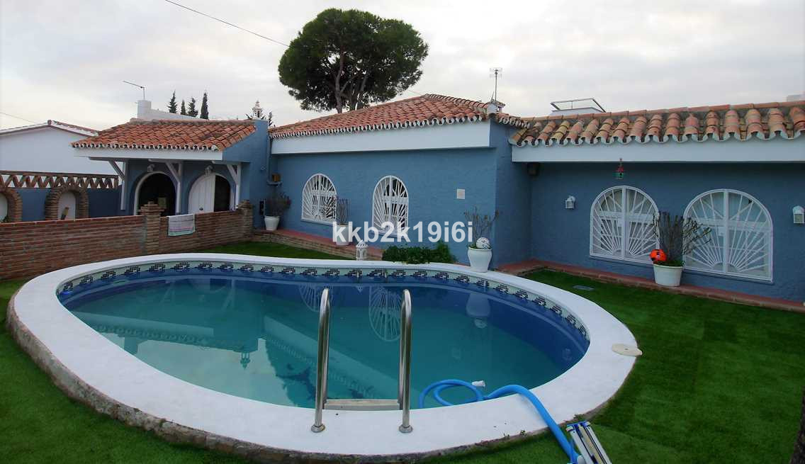 Lovely house built on a 340 sqm lot in Urbanizacion Las Flores, only 5 min away from Marbella centre,Spain