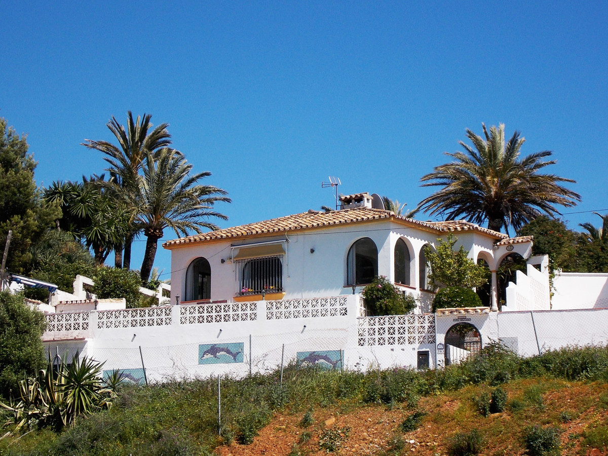 Wonderful family house in the well established area of Los Claveles within a short walk of the beaut, Spain