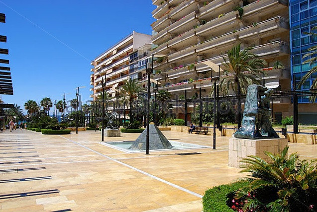 Magnificent commercial premises located in Street of the main avenues of Marbella as Avd . Del Mar ,,Spain