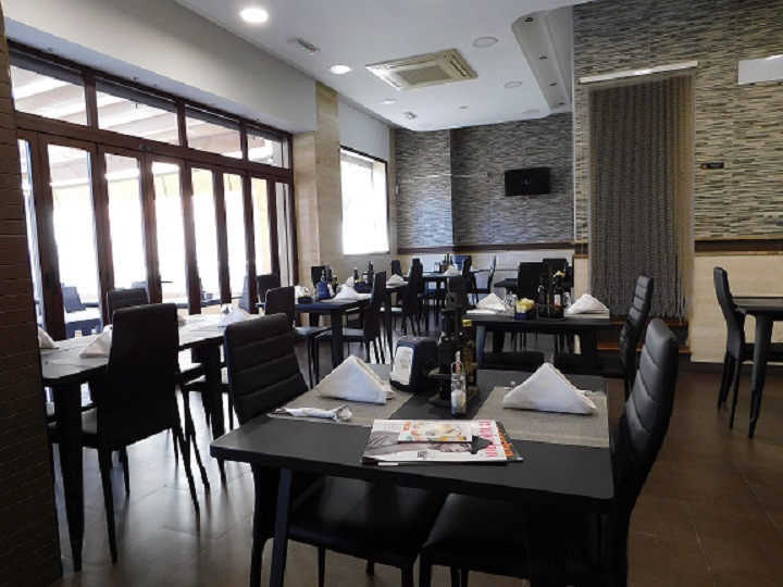 Leasehold Cafeteria Restaurant court area of ??Malaga Permit terrace, permit awning, License opening,Spain