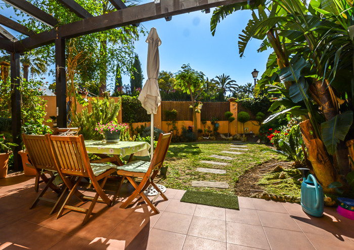 An attractive 2 bedroom corner ground floor apartment, located less than a minutes walk to the beaut,Spain
