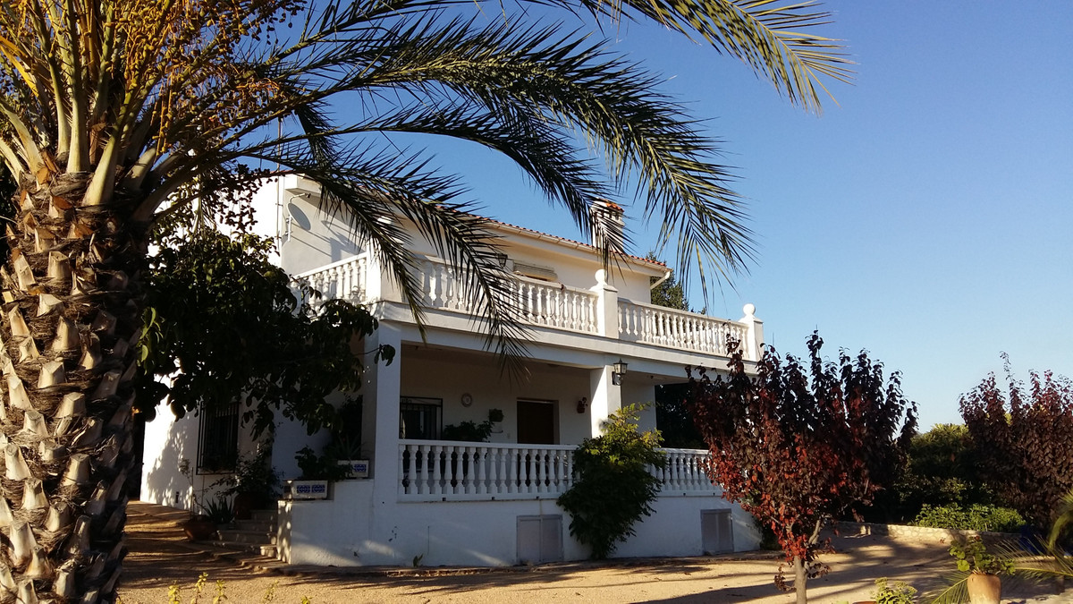 Large villa on two floors of 254m2 on a large agricultural plot of 6035m2 . A fully irrigated plot o, Spain