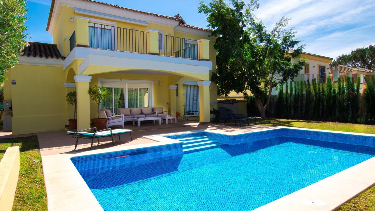 Semi-detached villa with beautiful garden and private pool in urbanization consolidated situated bet,Spain