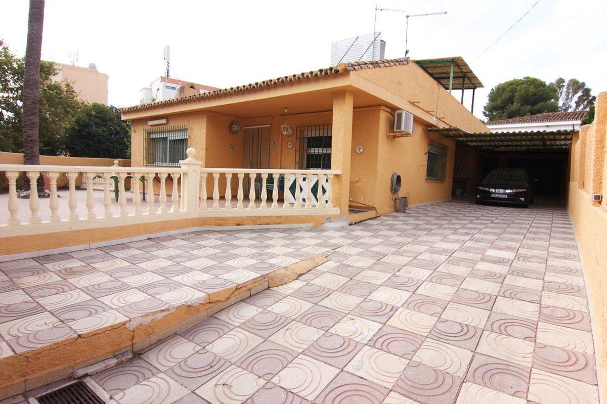 4 bedrooms 2 baths Villa located in the center of Arroyo de la Miel at a walking distance to all ame,Spain