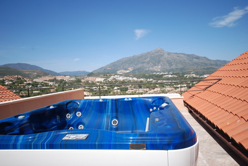 Very luxury, never inhabited property, close to the best golf courses of Marbella. This Duplex Penth,Spain