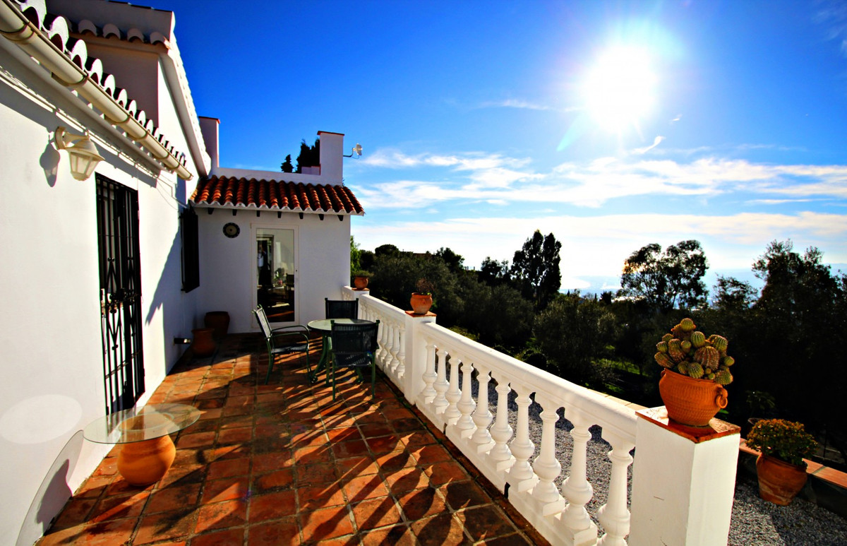 This great property has a builded area of 260 m2, on a plot of 17.000 m2 and is divided into several, Spain