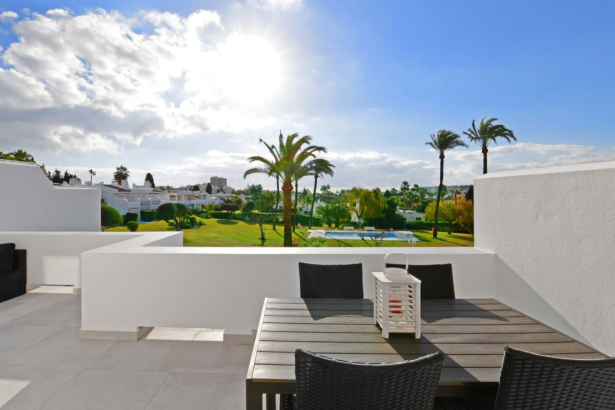 Completely renovated, Scandinavian style apartment in the heart of Aloha.   This stunning apartment Spain