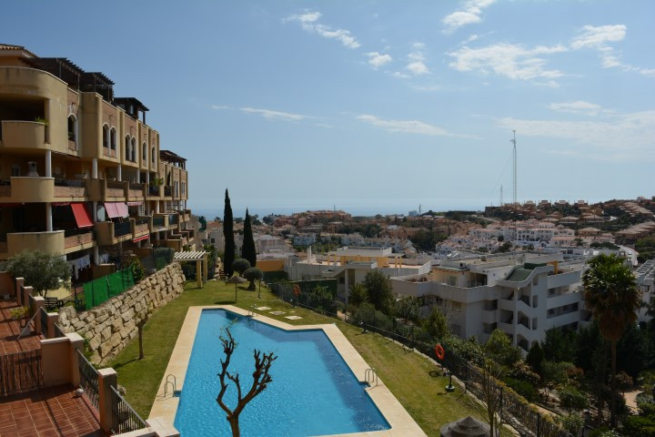 Fabulous views for this three bedroom and two bathroom south-facing apartment with sea views and ver, Spain