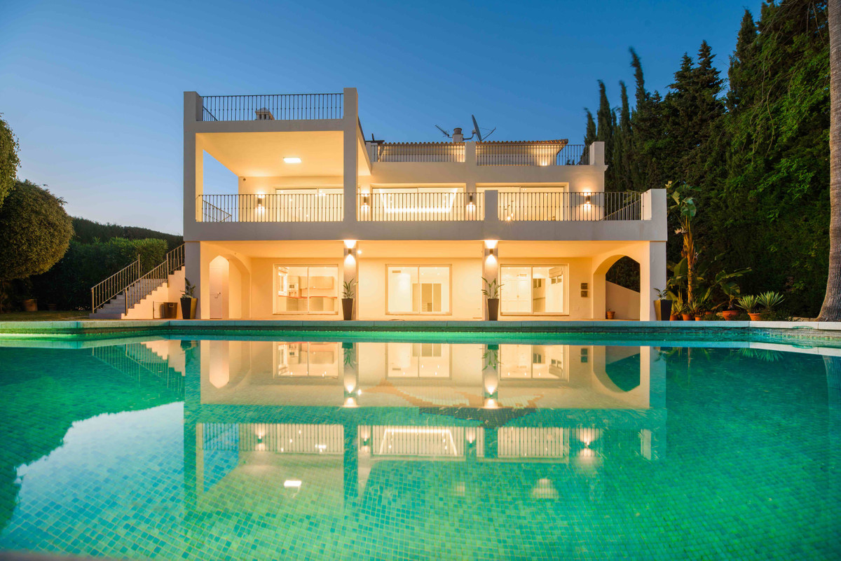 A stylish 4 bedroom villa situated on a elevated frontline golf plot over looking the 16th green of , Spain