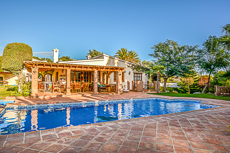 A rare opportunity to purchase a delightful Andalucian style Villa in El Rosario. Located at the end,Spain