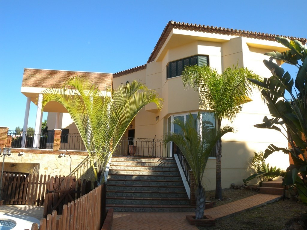 For sale a spectacular luxurious villa built on a 812 m2 fenced plot. Consists at the ground floor a,Spain