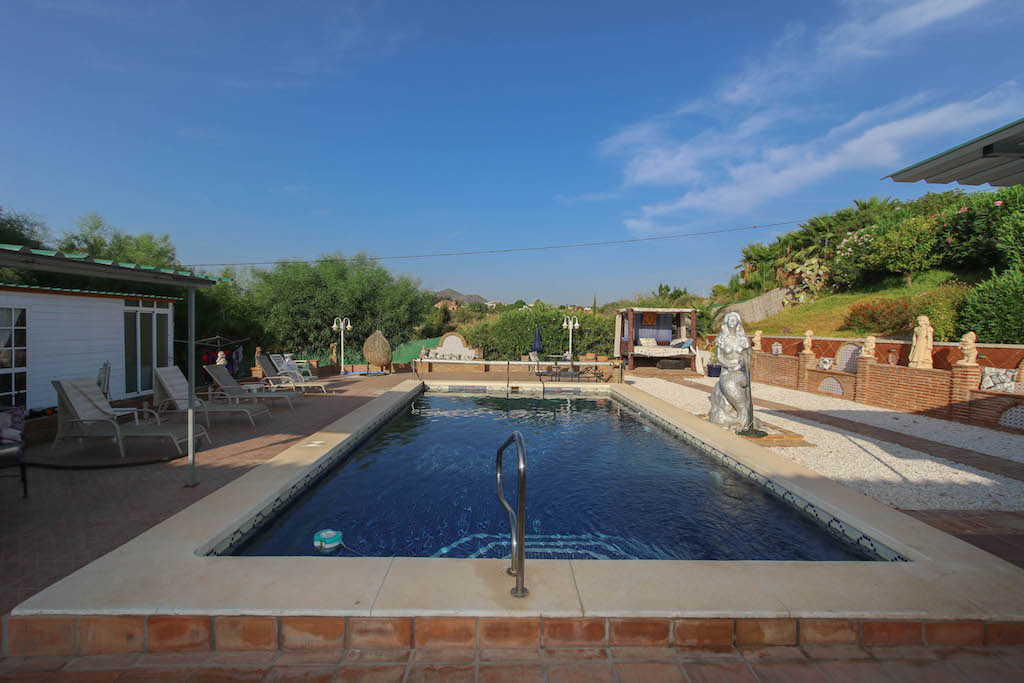 A modern and bright property with unbeatable access.   Fantastic pool and barbecue area with outdoor,Spain