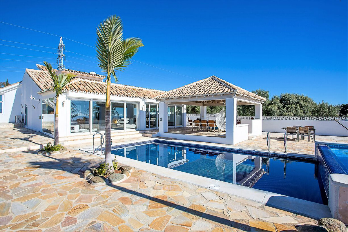 You won´t find more spectacular views than from this property! This villa offers everything the Cost, Spain