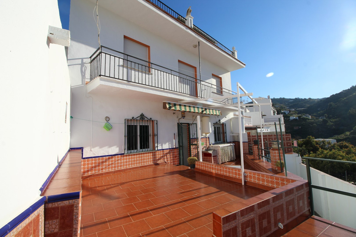 Townhouse in the Centre of Torrox. The property is divided into three floors, and which are distribu, Spain