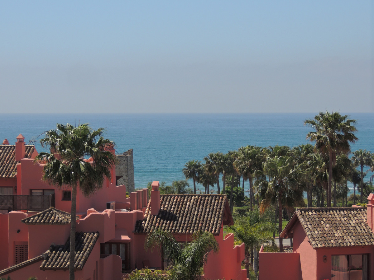 Beachside penthouse in Estepona. This fabulous 3 bedroom duplex penthouse has been furnished and equ, Spain