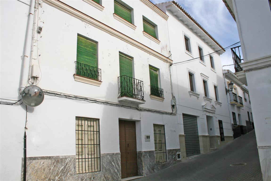 Large house to reform in one of the most emblematic streets of Alhaurin el Grande. This property has, Spain