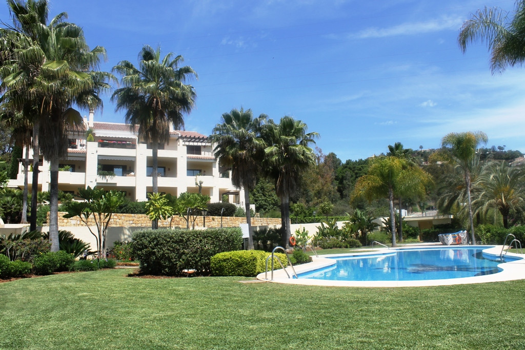 A very generously sized apartment situated in the secure and private enclosure of Soto de La Quinta, Spain