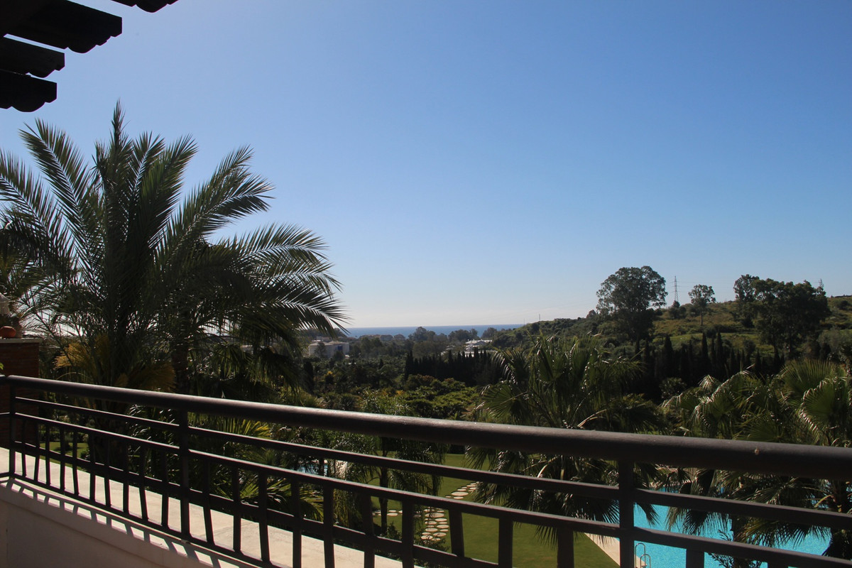 Very nice contemporary 2/3 bedroom corner penthouse in the area of Sotoserena.  Well maintained comm,Spain