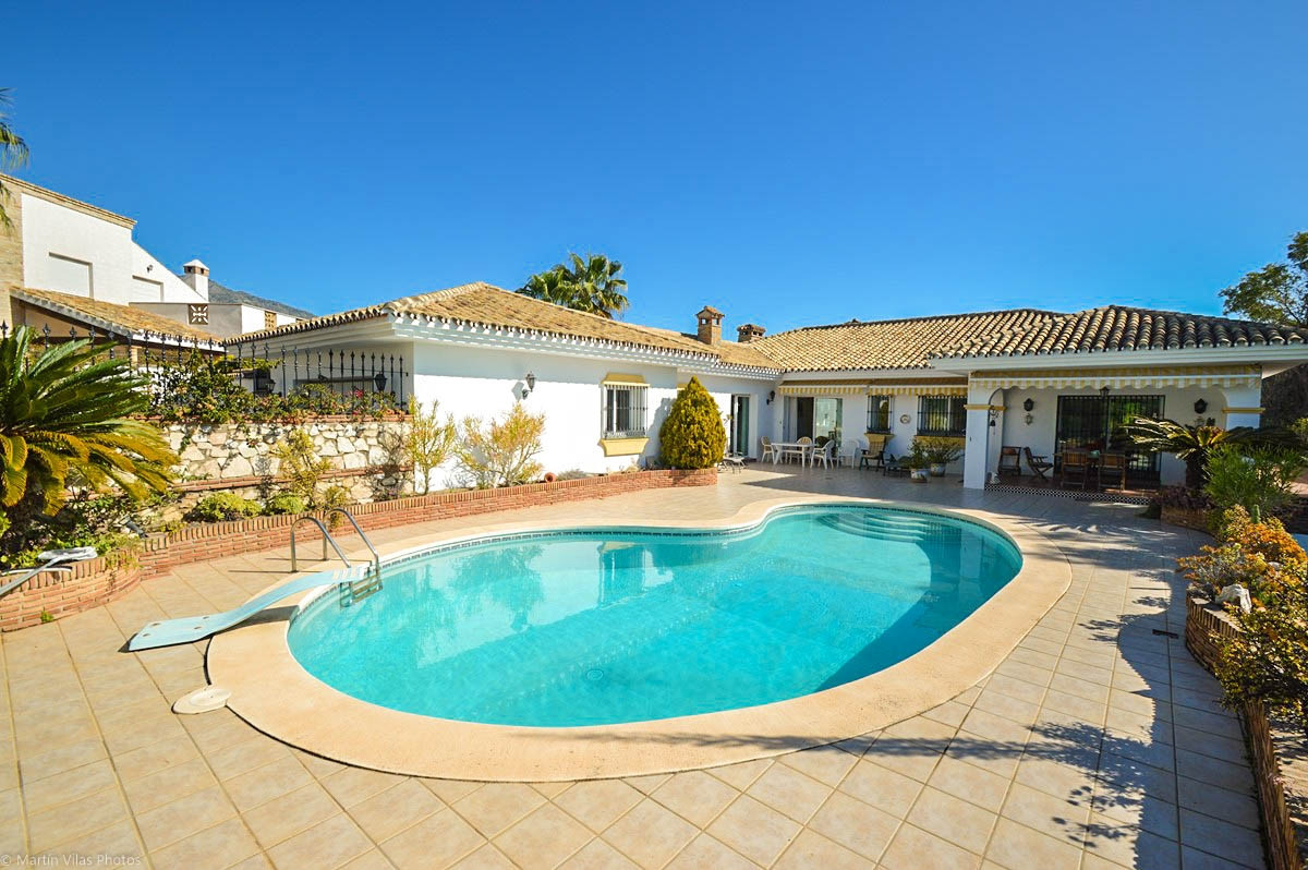OPPORTUNITY!!! Beautiful Villa on one floor situated within walking distance to all amenities and Fu, Spain