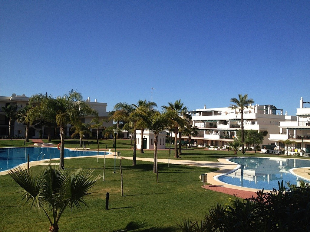 This lovely 2 bedroom apartment is located in a beautiful gated community called Locrimar 5 in Nueva, Spain