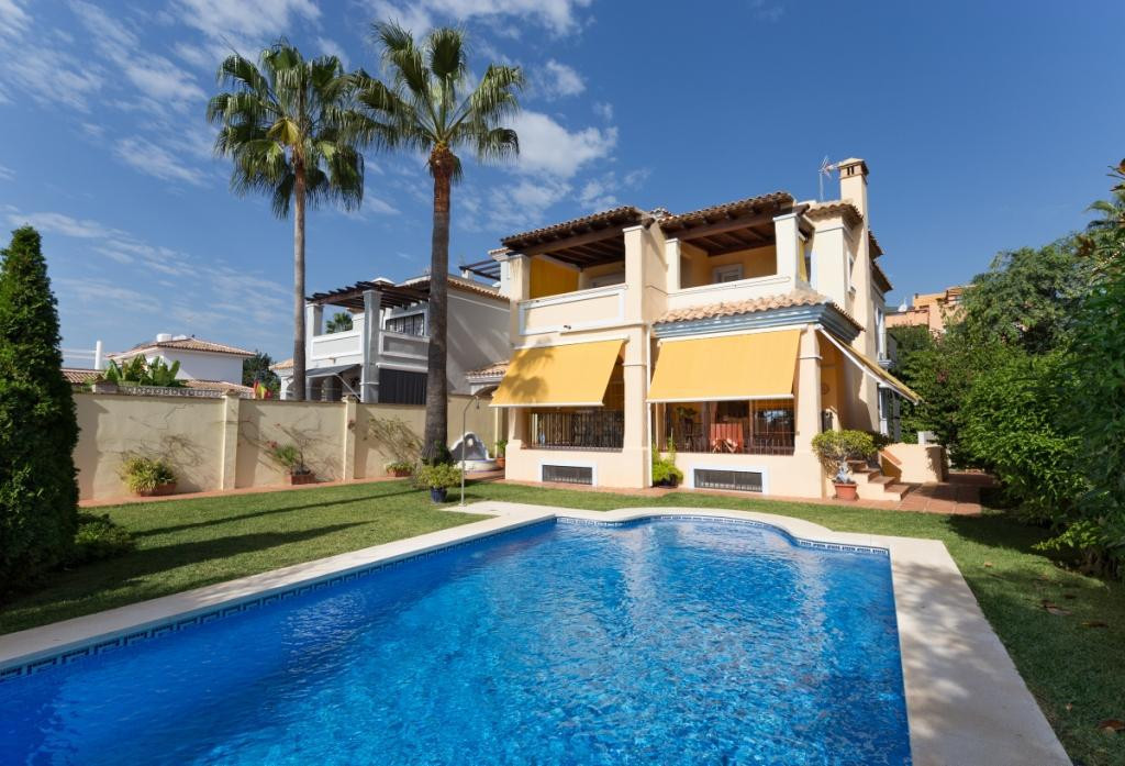 Beautiful villa with sea views in the Golden Mile (Marbella). South facing, the house has 5 bedrooms, Spain