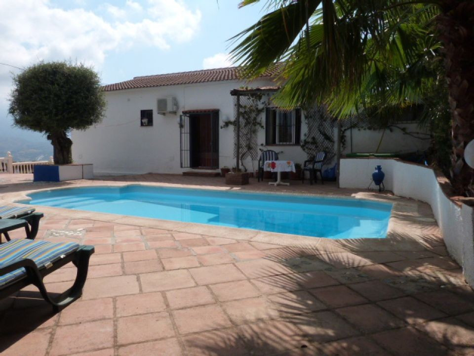 This lovely villa is situated in the sleepy village of Los Romanes close to all amenities. It has 3 ,Spain