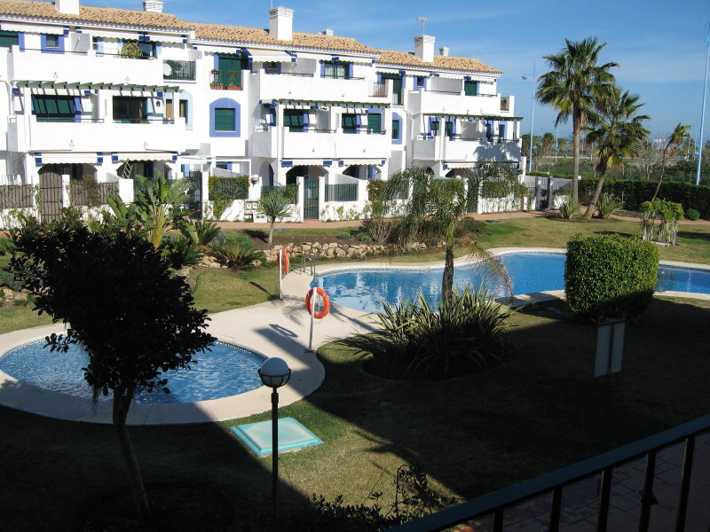 Nice an cozy apartment located in a gated development just behind the tennis and padel club of Nueva, Spain
