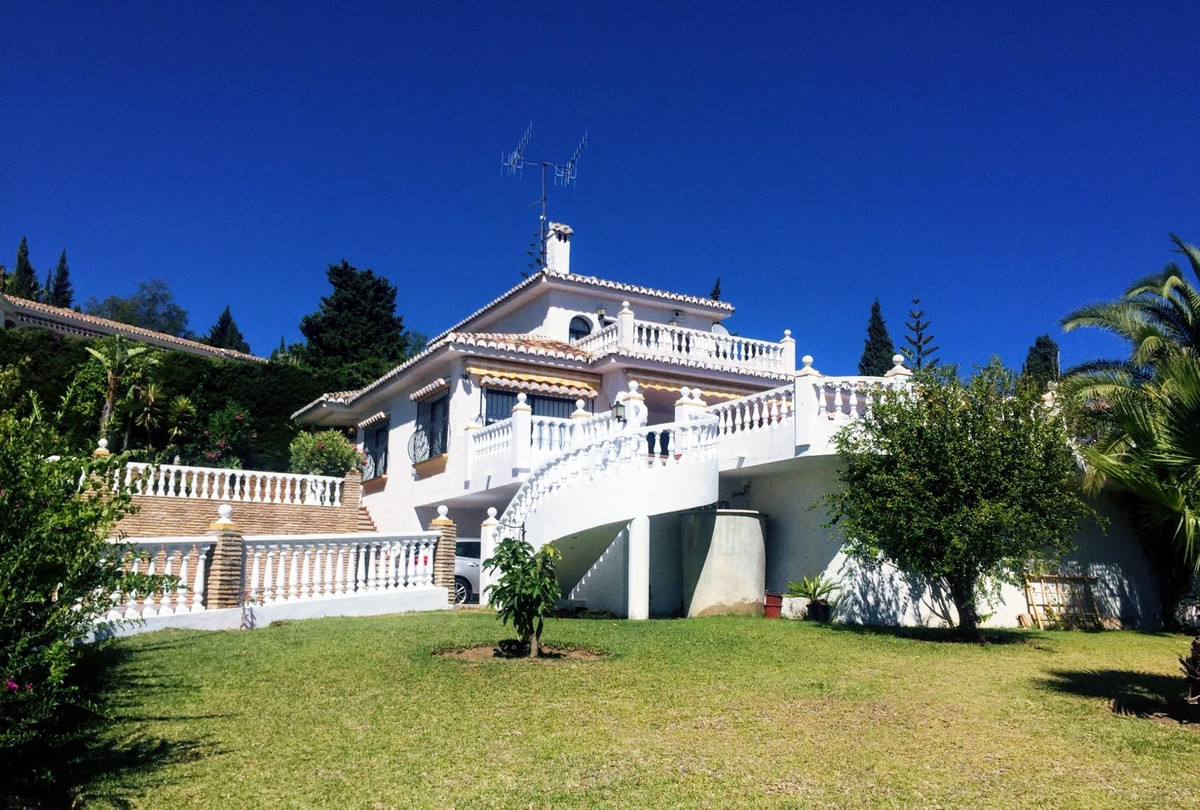 A fantastic opportunity to purchase a property located in the well established area of Sierrezuela. ,Spain