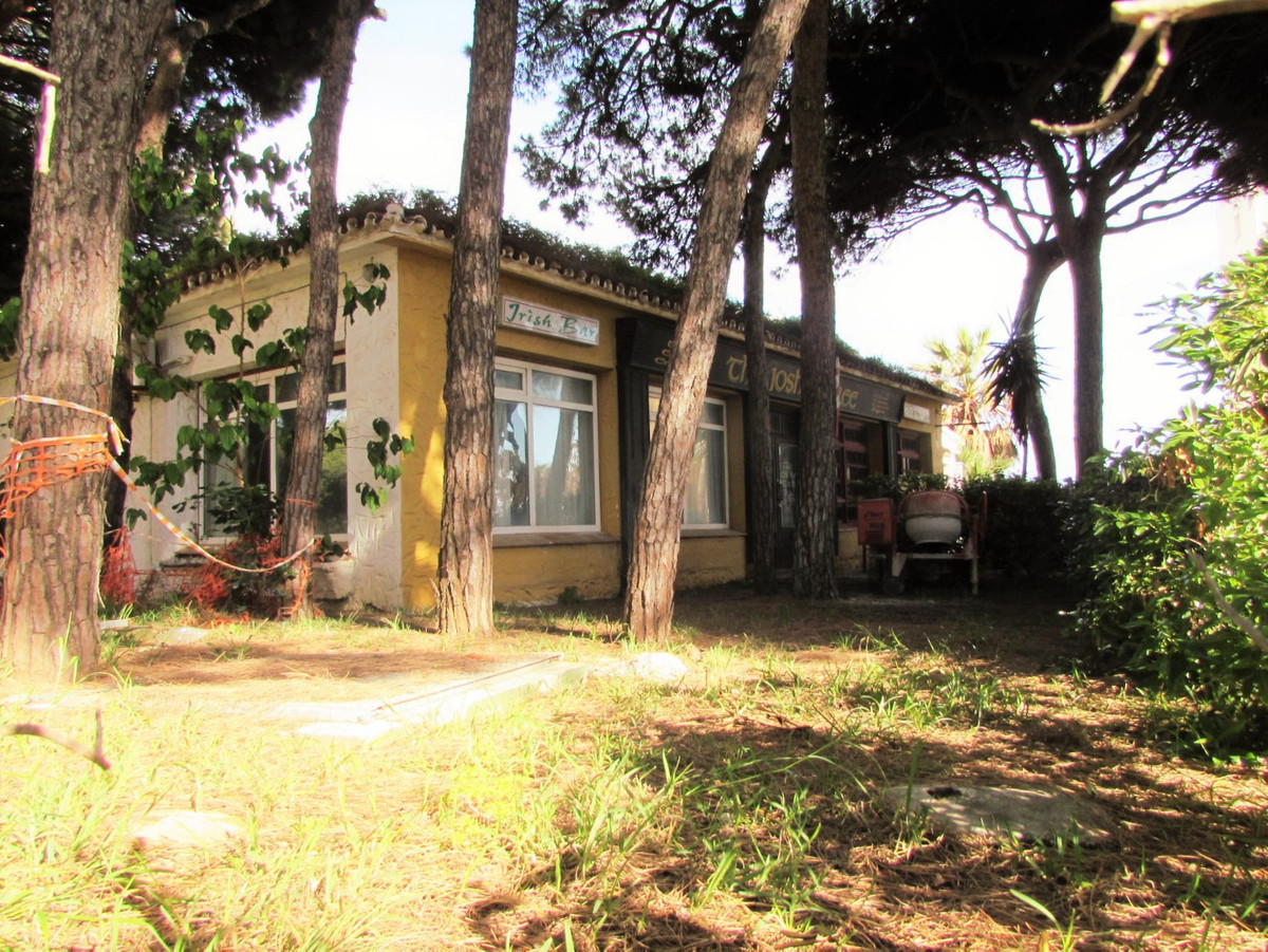 Bank opportunity in enclosure placed frontline beach. Place in two floors with possibility for sever,Spain