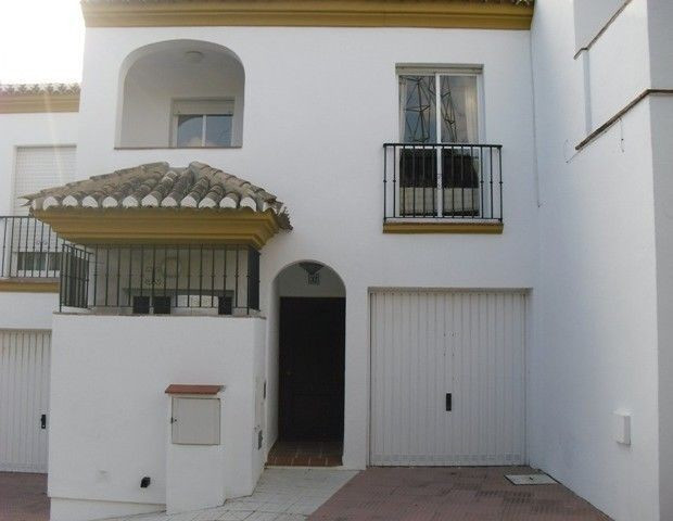 3 Bed villa, 3 bathrooms, lounge/dinner, kitchen, utility, fully furnished 3 communal pools, terrace, Spain