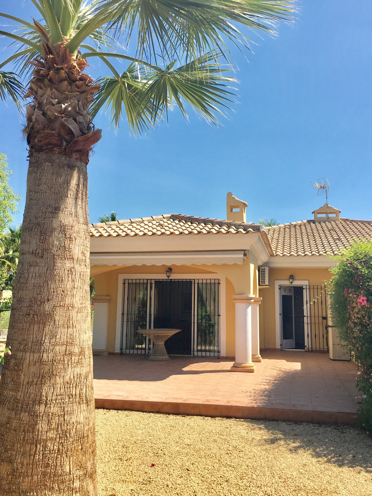 Charming, 3 bedroom, link-detached bungalow, located just 10 minutes to beaches and villages of Camp,Spain