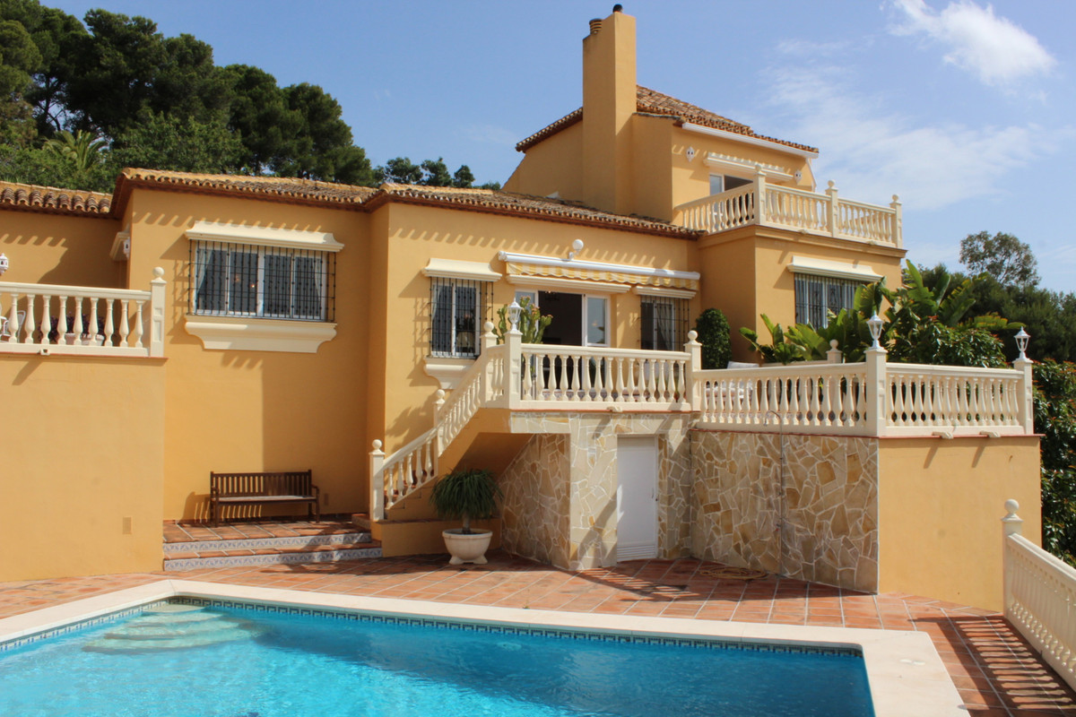 This is a beautifully maintained Mediterranean style villa from 1997, situated quietly in Hacienda L, Spain