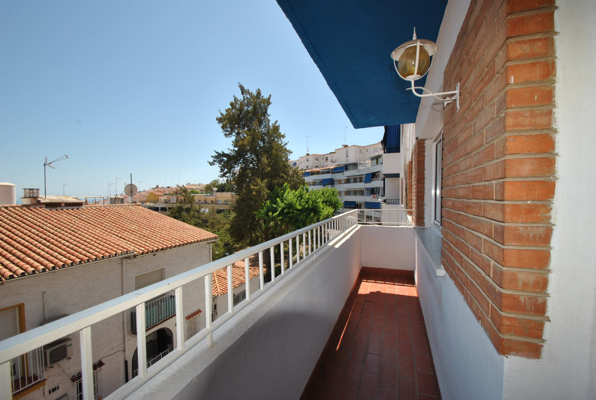 A well maintained three bedroom apartment situated just 500 meters from the centre of Arroyo de la M,Spain